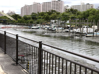 引潮で露わになる船底と川底の写真・画像素材[1373267]