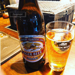 ボトルとテーブルの上のビールのグラスの写真・画像素材[1858262]