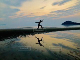 水に映り込んだジャンプ in 香川県父母ヶ浜の写真・画像素材[2120746]