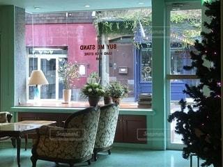 家具や窓上の花瓶で満たされた部屋の写真・画像素材[1602297]
