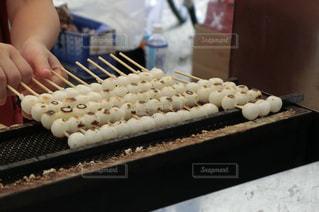 京都・下鴨神社の屋台で買ったみたらし団子の写真・画像素材[1345878]