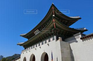 韓国・青空に映える光化門の写真・画像素材[1368899]