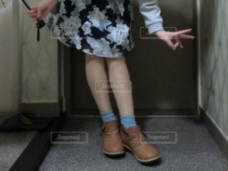 床の上に立っている女性の写真・画像素材[1373806]