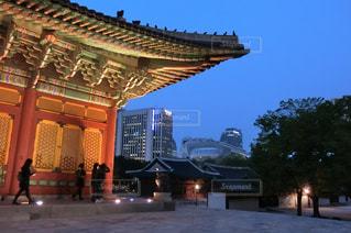 韓国・ライトアップされた徳寿宮にて。の写真・画像素材[1377256]