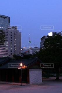 徳寿宮の敷地内から見えるソウルタワー。の写真・画像素材[1377263]