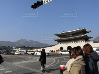 冬の韓国ソウル・光化門と道路を渡る人々。の写真・画像素材[1391054]