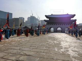 韓国ソウル・雪の景福宮。光化門での王宮守門将交代儀式。の写真・画像素材[1391056]