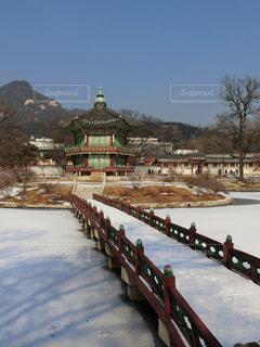 韓国ソウル・雪の景福宮・香遠亭の写真・画像素材[1391058]