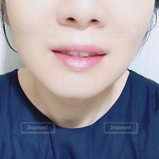 女性の顔のアップの写真・画像素材[1398964]
