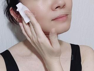 化粧水を塗る女性。の写真・画像素材[1406895]