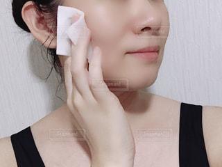 化粧水を塗る女性。の写真・画像素材[1406897]