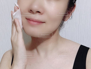 化粧水を塗る女性。の写真・画像素材[1406903]