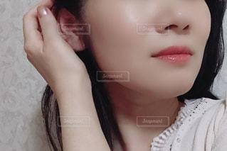 近くの女性のアップの写真・画像素材[1411102]
