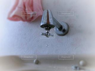 水道の蛇口から落ちる水滴の写真・画像素材[1420091]