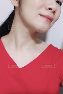 赤いシャツを着ている女性の写真・画像素材[1429527]