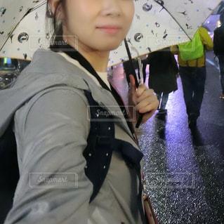 傘を持つ女性の写真・画像素材[1443055]