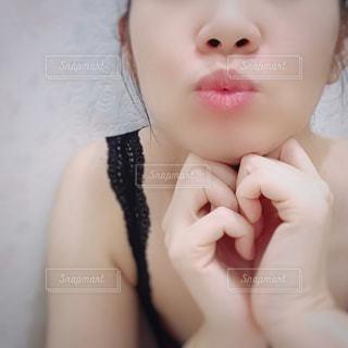 女性の顔のアップの写真・画像素材[1445333]