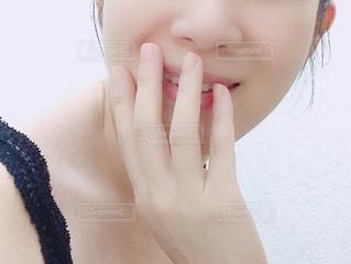微笑む女性のアップの写真・画像素材[1445335]