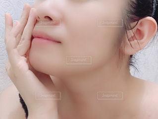 女性の顔のアップの写真・画像素材[1447950]
