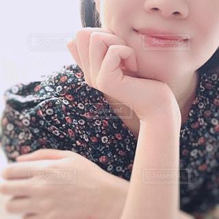 女性の顔のアップの写真・画像素材[1462694]