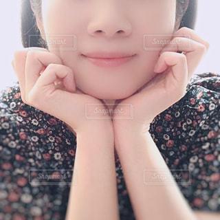 女性の顔のアップの写真・画像素材[1462695]