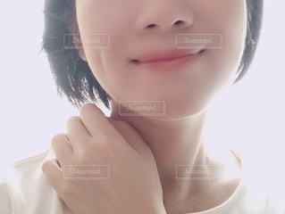 近くに白いシャツを着て女の子のアップの写真・画像素材[1465757]
