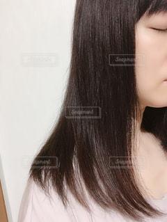 近くに白いシャツと黒い髪の女性のアップの写真・画像素材[1485242]