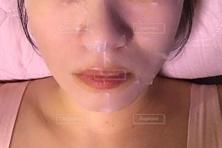 女性の顔のアップの写真・画像素材[1492322]