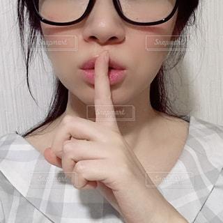 眼鏡をかけた女性のアップの写真・画像素材[1514913]