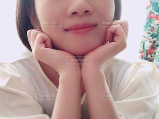 女性の顔のアップの写真・画像素材[1525334]