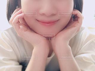 女性の顔のアップの写真・画像素材[1561011]