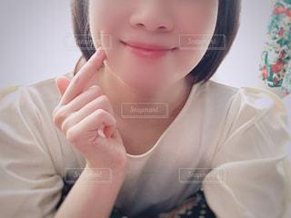 近くの白いシャツの女性の写真・画像素材[1561012]