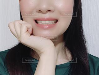 女性の顔のアップの写真・画像素材[1572271]