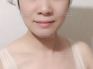 女性の顔のアップの写真・画像素材[1651849]