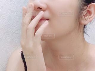女性の顔のアップの写真・画像素材[1706504]