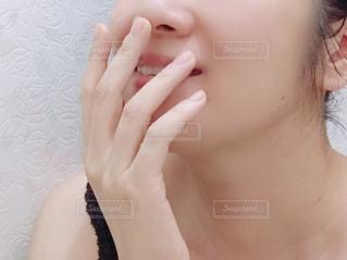 女性の顔のアップの写真・画像素材[1706505]