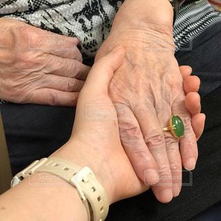 94歳の祖母の手を握るの写真・画像素材[2182092]