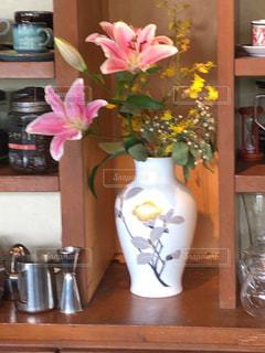 テーブルの上の花瓶の写真・画像素材[2366618]