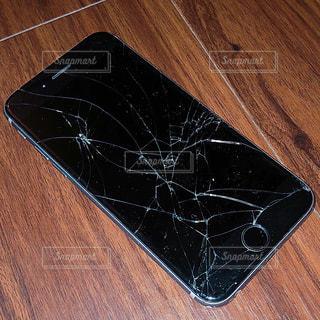 割れたiPhoneの写真・画像素材[1366617]