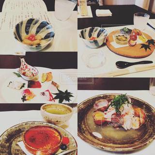 テーブルな皿の上に食べ物のプレートをトッピングの写真・画像素材[1341427]