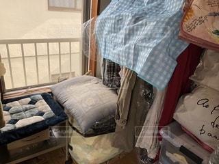 行き場のない服達とお座布団の写真・画像素材[1341541]