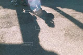 お散歩中の影。の写真・画像素材[1342463]