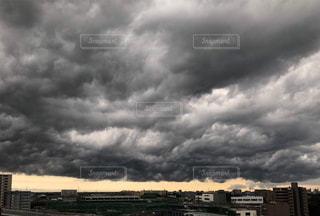 真っ黒な雲の写真・画像素材[1383031]