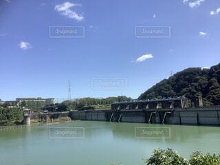 水の体に架かる橋の写真・画像素材[3787412]