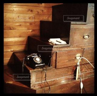 昔懐かしい黒電話と箱階段の写真・画像素材[1692601]