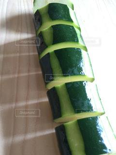 北海道産ズッキーニをカットの写真・画像素材[1370721]