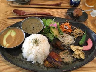 木製のテーブルの上に食べ物のプレートの写真・画像素材[1379207]