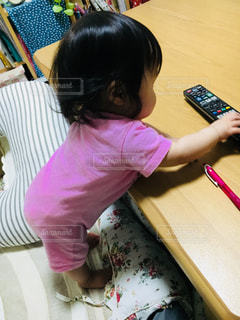 テーブルにつかまり立つ女の子の写真・画像素材[1446553]
