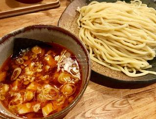 木製テーブルの上に座って食品のボウルの写真・画像素材[1364532]