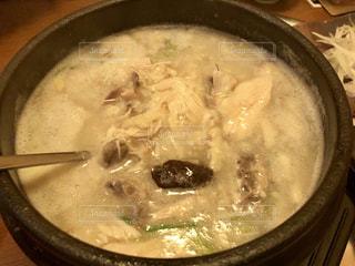 スープとスプーンのボウルの写真・画像素材[1730353]
